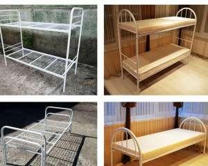 Металлическая кровать, матрасы, тумбы - изображение 1