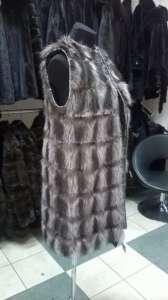 Удлиненная жилетка из меха енота с кожаными вставками - изображение 1